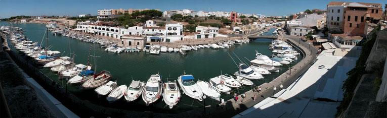Yachtcharter Flottille Segeltörn Segelurlaub Yachturlaub Mallorca Menorca Ibiza Formentera Balearen Spanien Yacht Segeln Segeltörn Flug Direktflug Flugverbindung ©