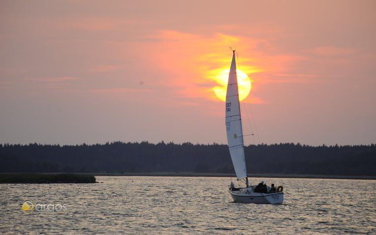 Segeln im Sonnenuntergang vor der Insel Naissaar