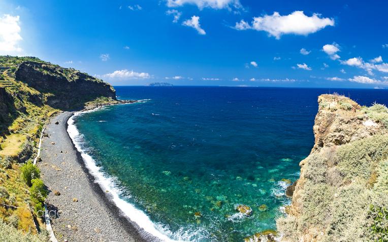 Panoramablick auf Hohlaki-Strand auf der Insel Nissyros