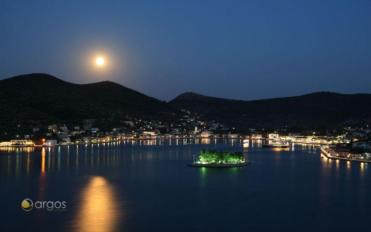 Hauptort und Hafen Vathi auf der Insel Ithaka bei Nacht