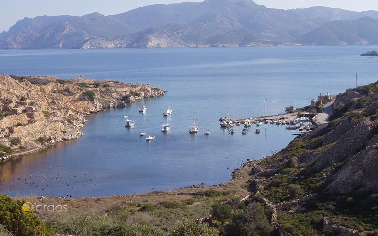 Boote ankern in malerischer Bucht auf der Insel Kimolos