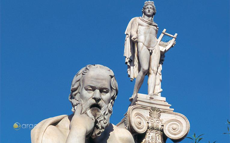 Statuen von Sokrates und Apollo in Athen