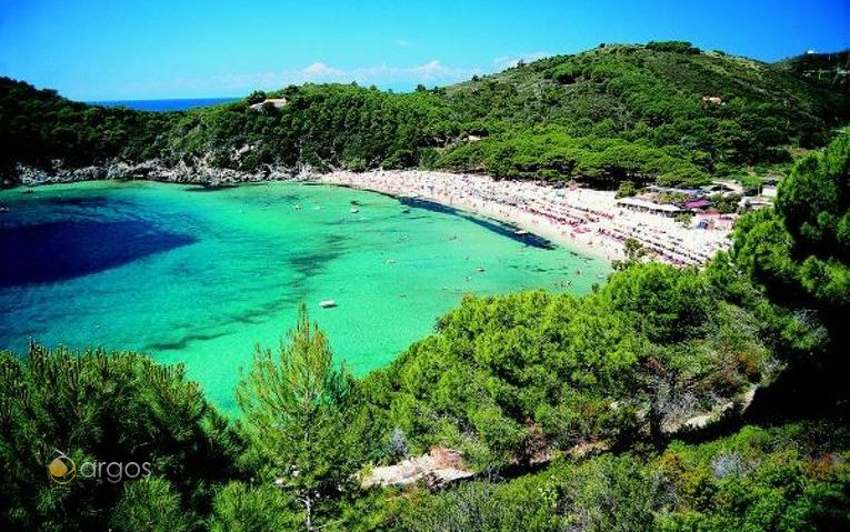 Belebter Strand auf der Insel Elba