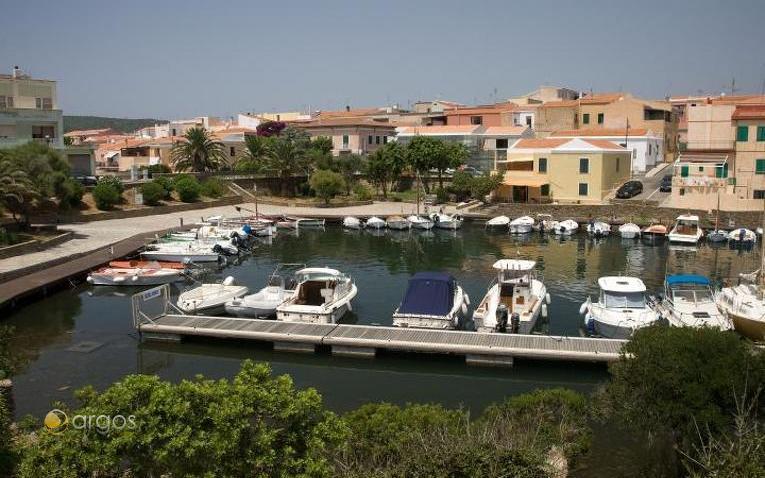 Yachten liegen im Hafen von Stintino