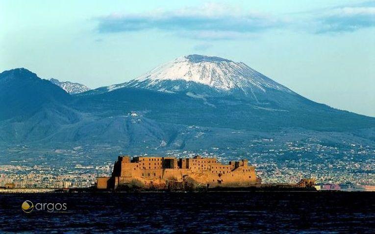 Castel dell'Ovo mit verschneitem Vulkan Vesuv im Hintergrund