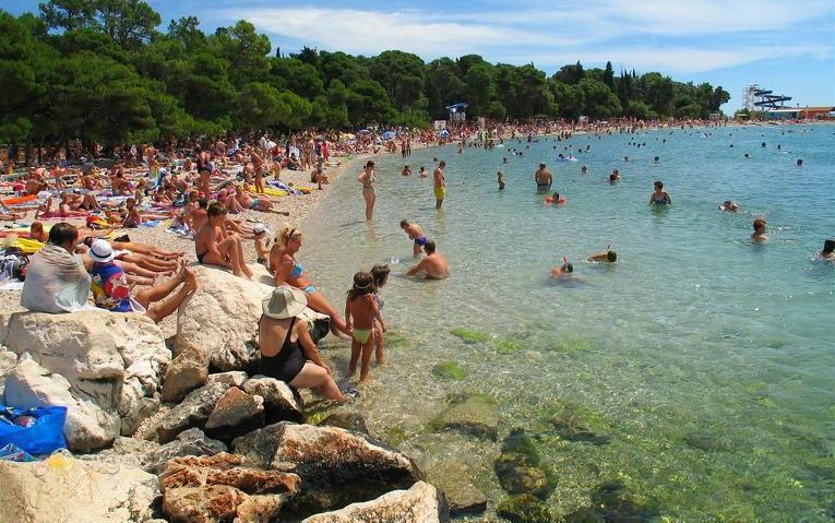 Belebter Strand von Biograd