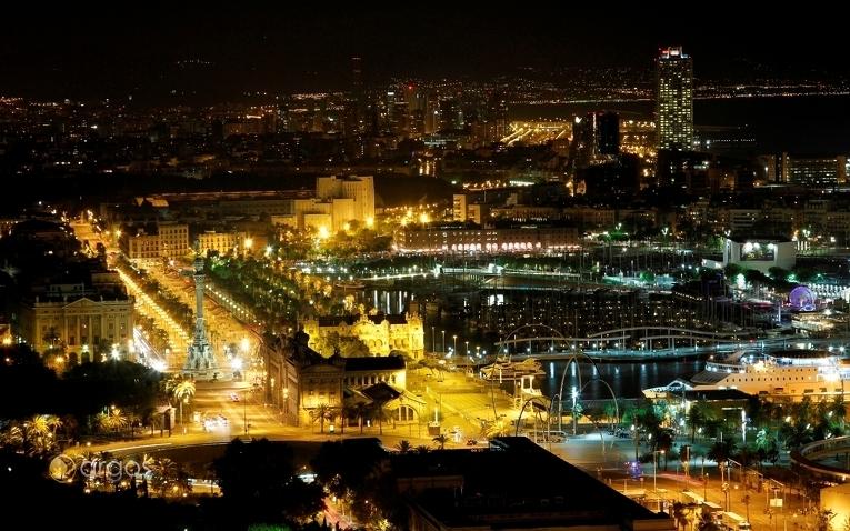 Blick über Barcelona bei Nacht