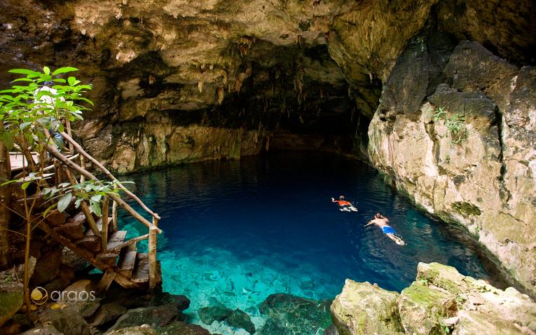 Schwimmen in einem Cenote in der Nähe von Tulúm