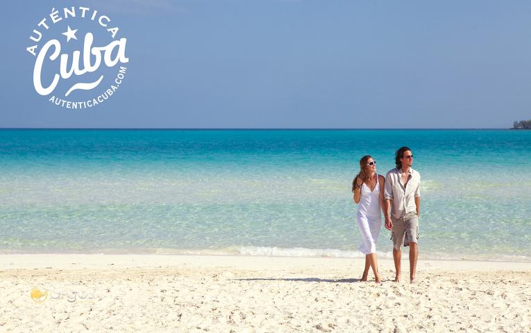 Paar am Strand der Insel Cayo Guillermo