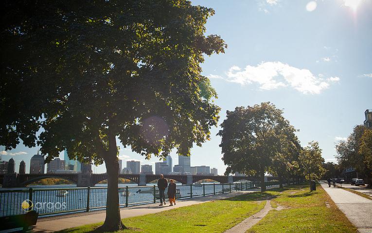 Spaziergänger entlang der Promenade am Charles River - im Hintergrund Skyline von Boston
