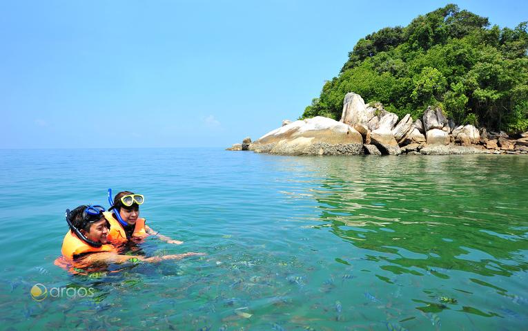 Schnorcheln vor der Küste der Insel Pulau Giam in der Region Perak