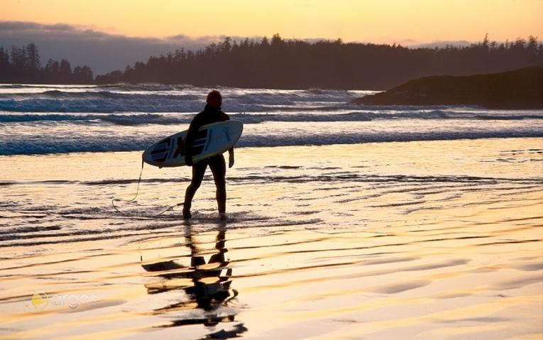 Surferin am Long Beach im Pacific Rim Nationalpark