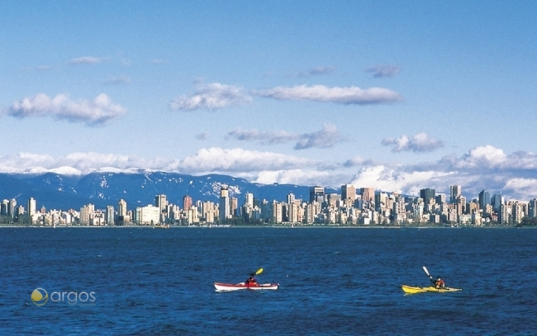 Kayaking in English Bay mit Blick auf die Skyline von Vancouver und die North Shore Mountains