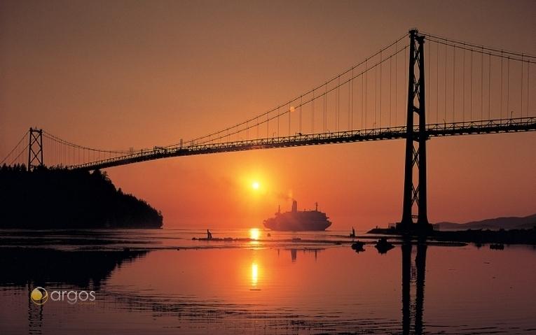 Sonnenuntergang hinter der Lions Gate Bridge