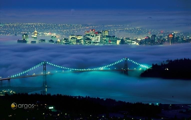 Panoramablick auf die Lions Gate Bridge und die Skyline von Vancouver