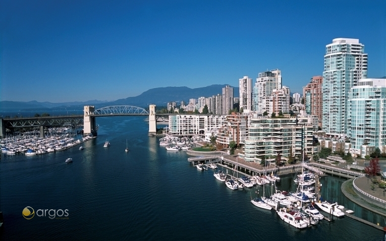 Blick afuf False Creek, Burrard Bridge und Yachten in der Marina