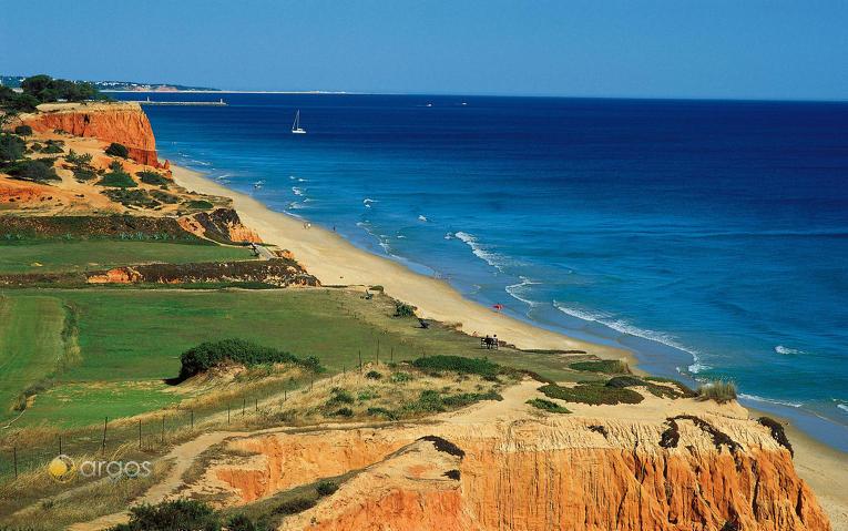 Strand mit Felsküste