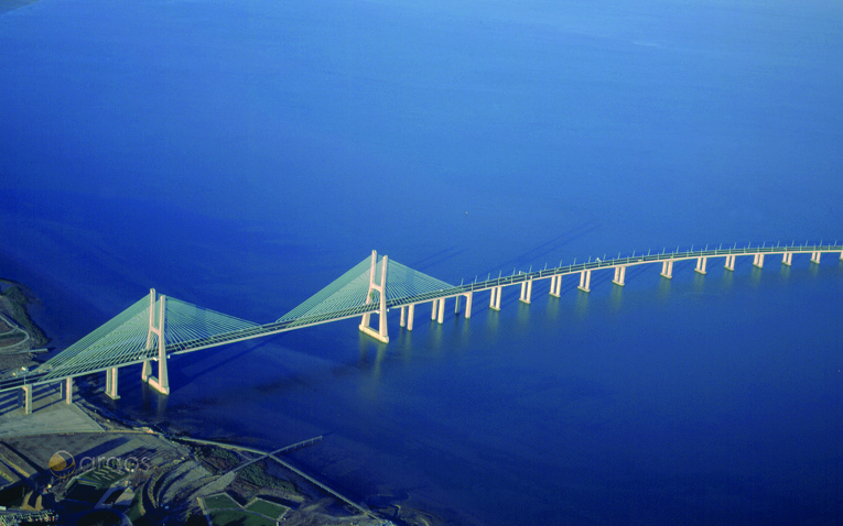 Vasco de Gama Brücke und Fluss Tagus in Lissabon