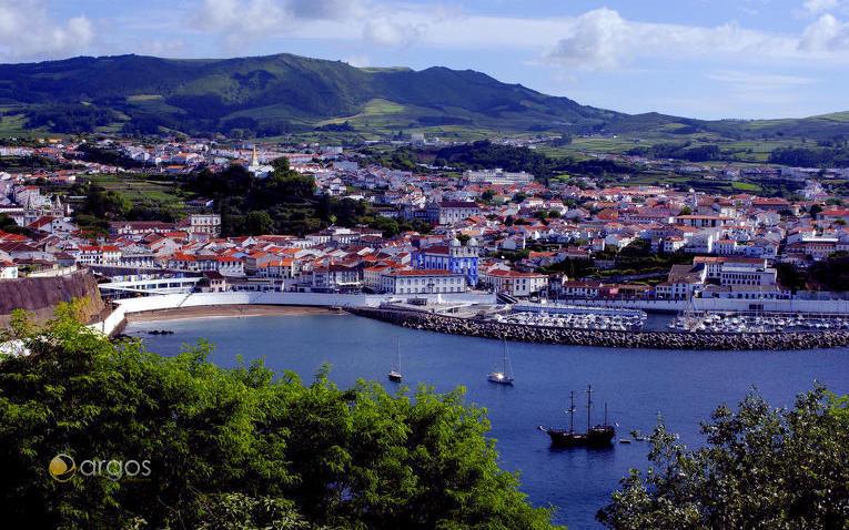 Blick auf Angra do Heroismo auf der Insel Terceira