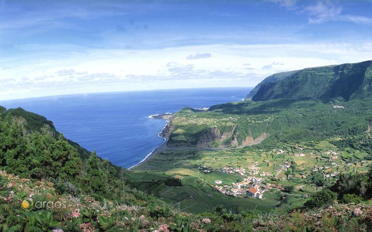 Panoramablick auf die Insel Flores