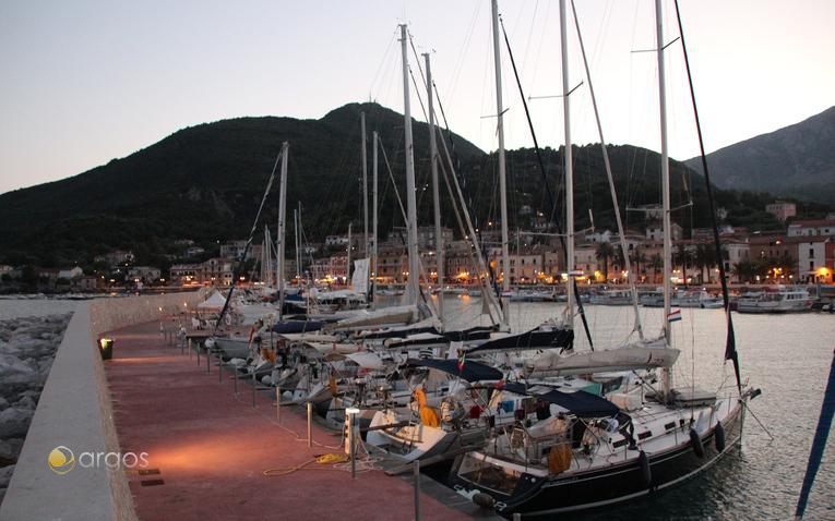 Segelyachten im Hafen von Scario am Abend