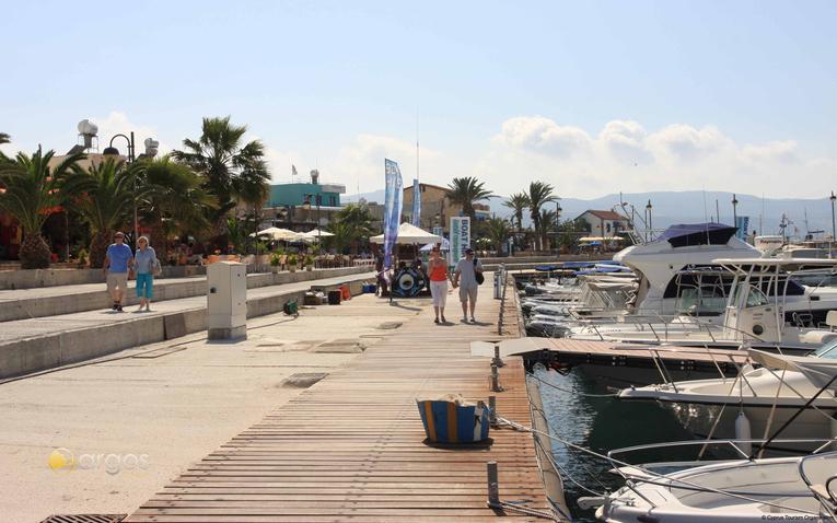 Promenade an der Latsi Marina