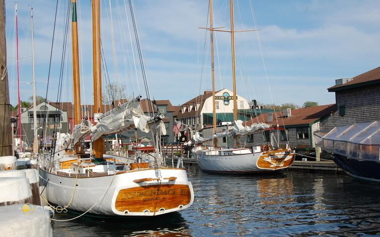 Oldtimer-Yachten im Hafen von Newport