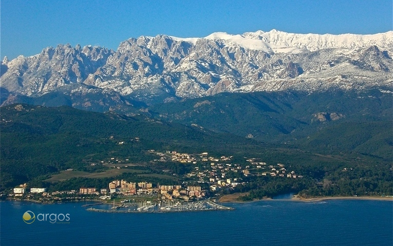 Marina an der Küste von Korsika