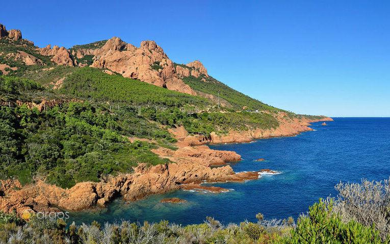 Blick auf das Mittelgebirge Massif de l'Esterel zwischen Cannes und Saint-Raphaël