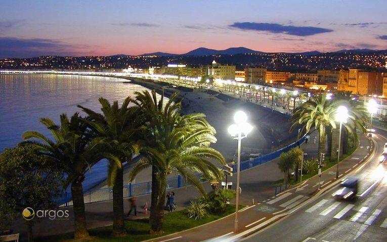 Blick auf die Promenade von Nizza bei Nacht