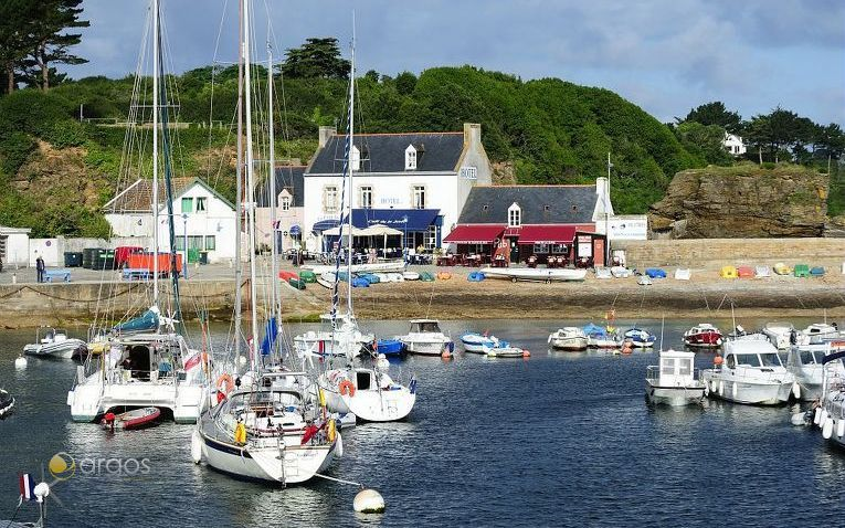 Kleiner idyllischer Hafen auf der Insel Ile de Groix im Departement Morbihan
