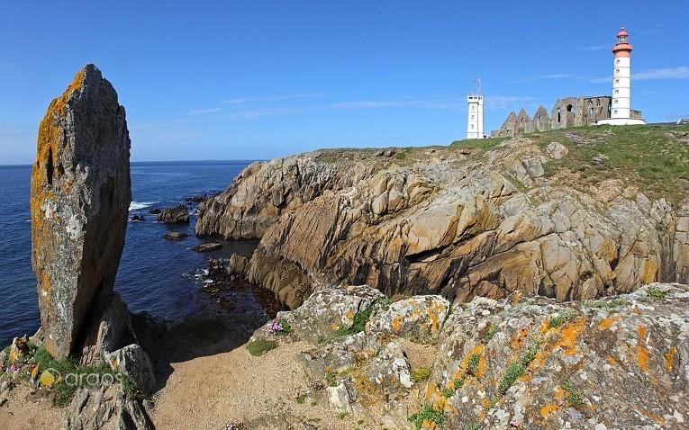 Zerklüftete Küstenlinien entdeckt man bei einem Yachtcharter in der Bretagne