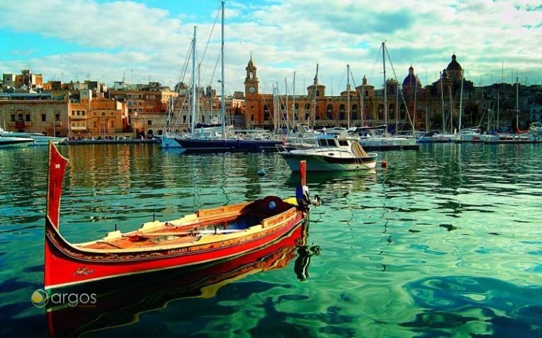 Typisches maltesisches Wassertaxi dgħajsa in der Grand Harbour Marina