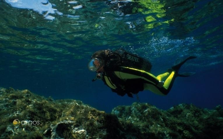 Tauchen im kristallklaren Mittelmeer gehört zu einem Yachtcharter auf Malta