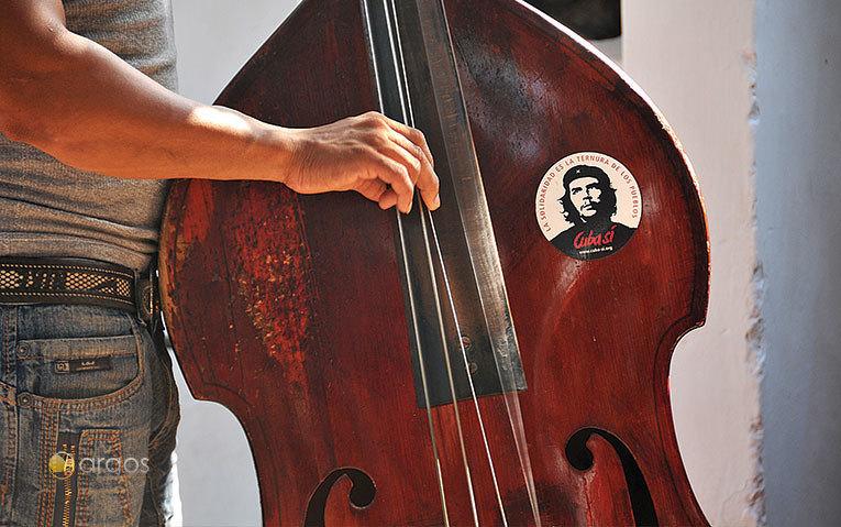 Ein Kontrabass mit dem Konterfei Che Guevaras / www.mikekreiten.de