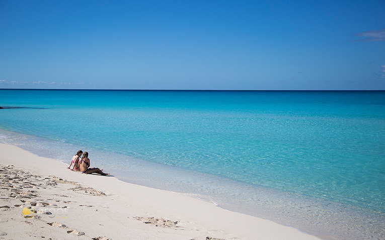 An einem leeren Strand in Abacos