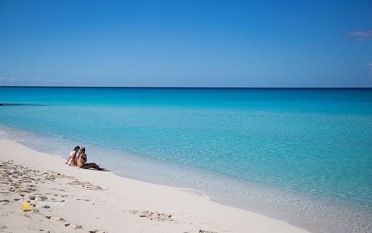 Päärchen an einem leeren Strand