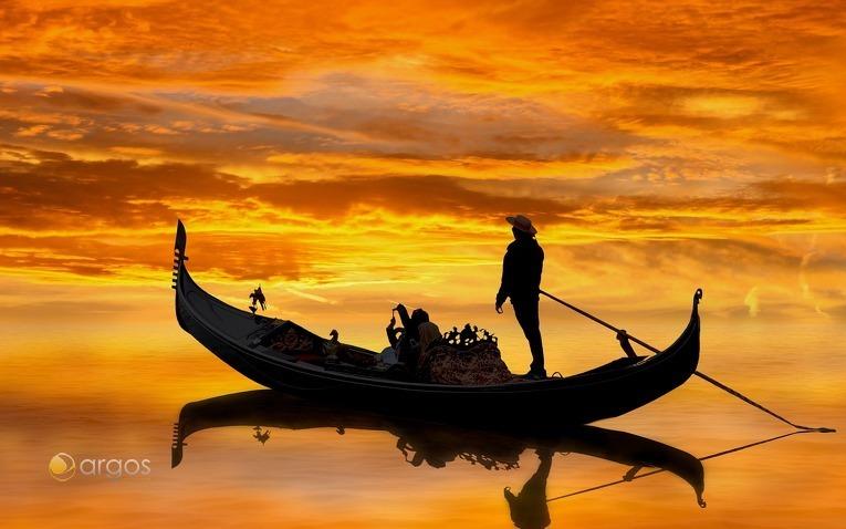 Gondollier beim Sonnenuntergang