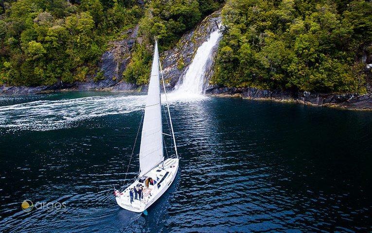 Ankern vor dem Wasserfall - Patagonische Fjorden