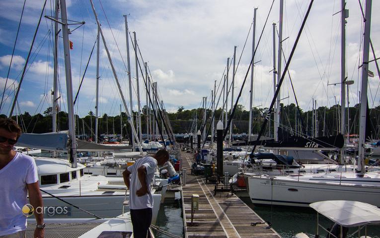 Segelyachten am Steg der Yacht Haven Marina in Thailand