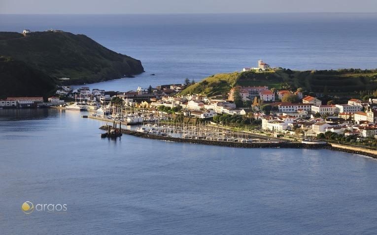 Traumhafter Yachthafen in idyllischer Landschaft