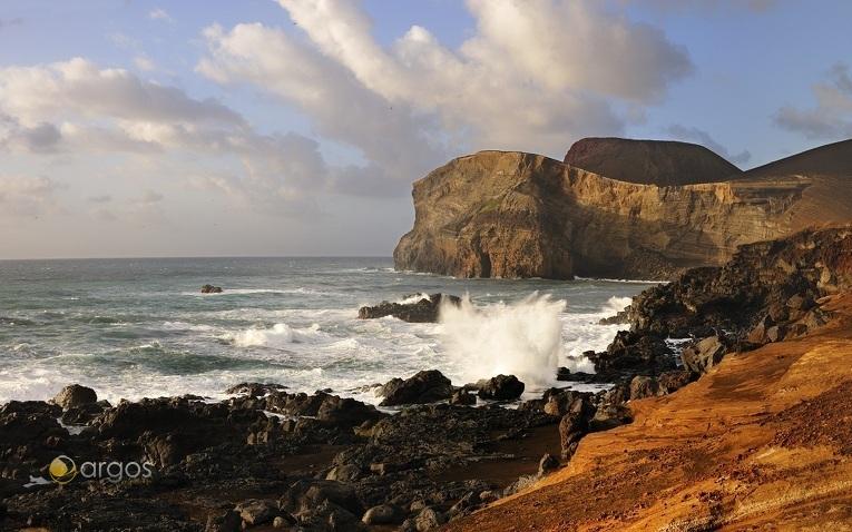 Vulkanische Landschaften der Azoren bei einem Segeltörn erleben