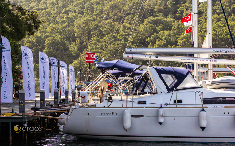 Zur Segelflotte von Navigare Yachting gehören auch Beneteau-Yachten - hier am Steg der Club Marina zu sehen
