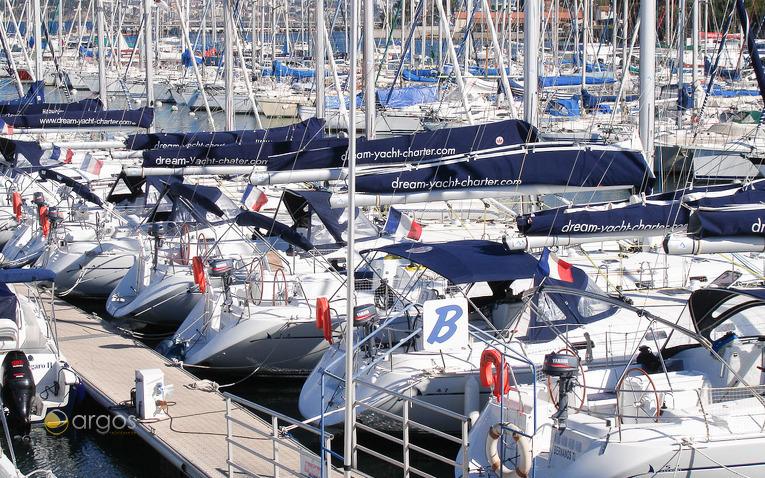 Gut gepflegte Segelyachten am Steg der Marina Port Pin Rolland