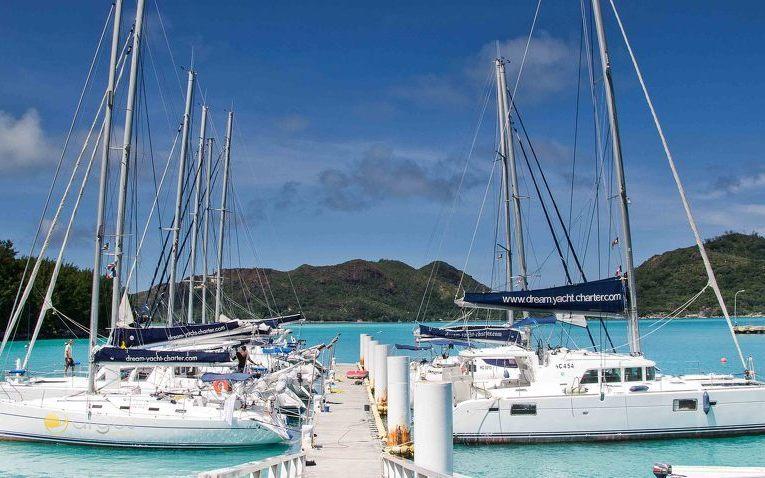 Segelyachten am Steg der Eden Island Marina auf den Seychellen