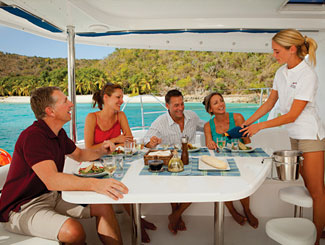 Segelcrew beim Lunch an Bord © The Moorings