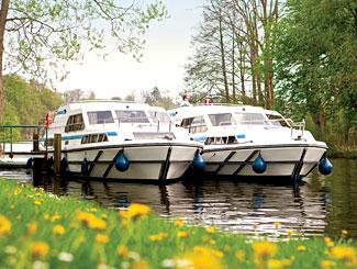 Hausboote von LeBoat auf einem Kanal © LeBoat