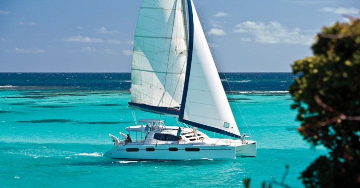 Yachtcharter Katamaran in einer blauen Lagune